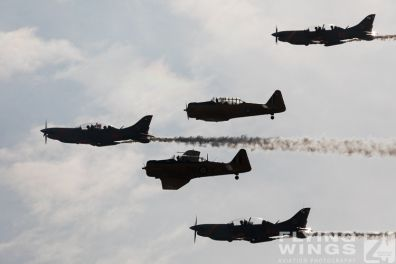 http://flying-wings.com/plugins/content/sige/plugin_sige/showthumb.php?img=/images/airshows/18_Radom/Formations_8/Radom_T-6_Orlik_Formation-6630_Zeitler.jpg&width=396&height=300&quality=80&ratio=1&crop=0&crop_factor=50&thumbdetail=0