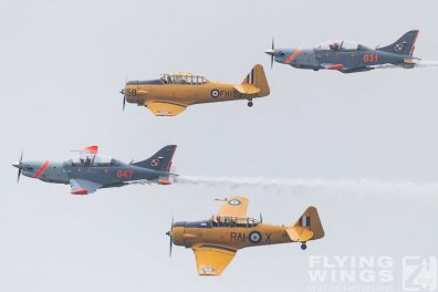http://flying-wings.com/plugins/content/sige/plugin_sige/showthumb.php?img=/images/airshows/18_Radom/Formations_8/Radom_T-6_Orlik_Formation-7084_Zeitler.jpg&width=396&height=300&quality=80&ratio=1&crop=0&crop_factor=50&thumbdetail=0