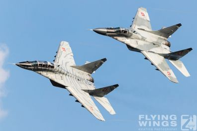 http://flying-wings.com/plugins/content/sige/plugin_sige/showthumb.php?img=/images/airshows/18_siaf/MiGs/SIAF_MiG-29-8905_Zeitler.jpg&width=396&height=300&quality=80&ratio=1&crop=0&crop_factor=50&thumbdetail=0