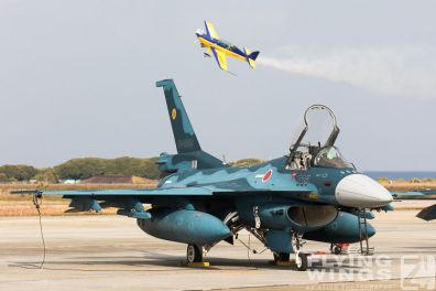 http://flying-wings.com/plugins/content/sige/plugin_sige/showthumb.php?img=/images/airshows/18_tsuiki/f15j2/Tsuiki_Airshow_Extra_300-2658_Zeitler.jpg&width=396&height=300&quality=80&ratio=1&crop=0&crop_factor=50&thumbdetail=0
